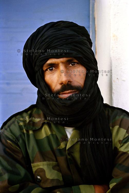 <b>Sahara Occidentale</b> <br /> Un militare saharawi nella zona di Birlehlu.<br - saharawi-61