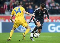FUSSBALL   CHAMPIONS LEAGUE   SAISON 2012/2013   GRUPPENPHASE   FC Bayern Muenchen - FC Bate Borisov              05.12.2012 Artem Radkov (li, FC Bate Borisov) gegen Mario Gomez (FC Bayern Muenchen)