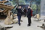 Foto: VidiPhoto<br /> <br /> RHENEN - Het ziet er naar uit dat Ouwehands Dierenpark zich geen zorgen hoeft te maken over de komst van twee reuzenpanda's naar de Rhenense dierentuin dit voorjaar. De Chinese delegatie die dinsdag het pandaverblijf kwam inspecteren, was uitermate tevreden en sprak van het &quot;mooiste en grootste pandaverblijf ter wereld.&quot; De inspecteurs kregen dinsdag een uitgebreide rondleiding van directeur Robin de Lange en manager zo&ouml;logie Jos&eacute; Kok. Na offici&euml;le goedkeuring worden de panda's Wu Wen en Xing Ya over enkele maanden verwacht. Het exclusieve verblijf Pandasia is in traditioneel Chinese stijl gebouwd, waarvan de 35.000 dakpannen handmatig in China zijn gemaakt. De kleurschakering van het gebouw is gecopieerd uit de Verboden Stad in China. Het hele gebied Pandasia is 9000 vierkante meter groot; 3400 vierkante meter daarvan is gereserveerd voor de panda's. Beide dieren hebben een apart binnen- en buitenverblijf. Nederland is het veertiende land ter wereld dat panda's te leen krijgt, een teken van vriendschap. Het verblijf is gebouwd door Volker Wessels in samenwerking met een Chinese aannemer.