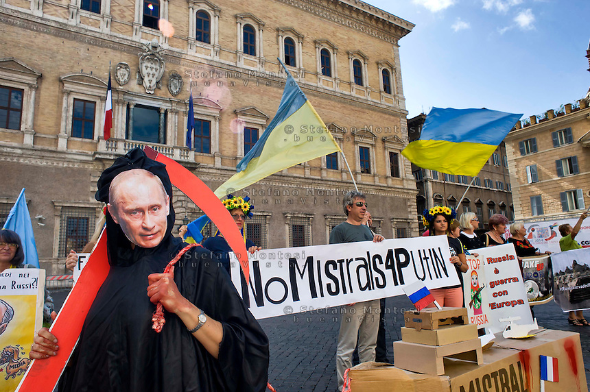 Roma 11 Settembre 2014<br /> Manifestazione della comunit&agrave; ucraina davanti all'ambasciata Francese  a Roma per chiedere al Governo francese di non consegnare le navi da guerra classe Mistral  alla Russia.La  morte con la maschera di Putin traina la nave da guerra<br /> La protesta &egrave; organizzata dal comitato Euromajdan e l'associazione Congresso degli ucraini in Italia.<br /> Rome September 11, 2014 <br /> Manifestation of the Ukrainian community in front of the French embassy to Rome to ask the French government not to hand over the Mistral class warships to Russia. <br /> The protest is organized by the Committee and the Association Euromajdan Congress of Ukrainians in Italy. The death  with  mask of Putin trolling the warship