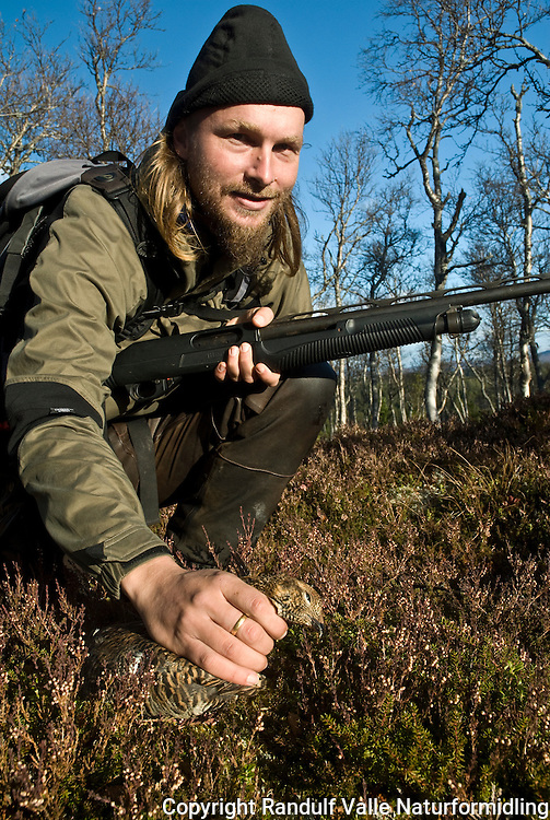 Jeger plukker opp orrhøne ---- Hunter picking up bird