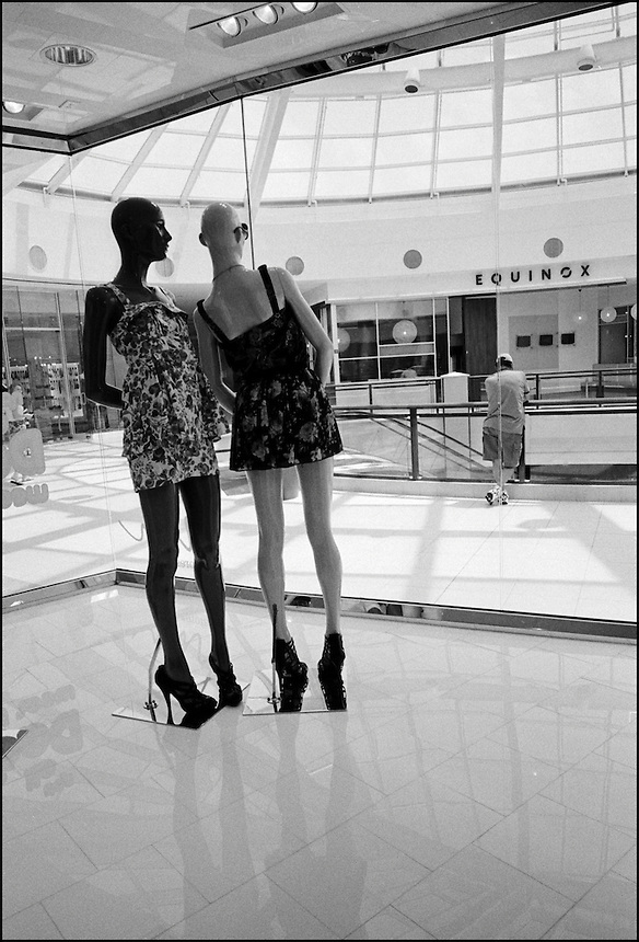 Aventura mall<br /> From &quot;Miami in Black and White&quot; series. Aventura, FL, 2009