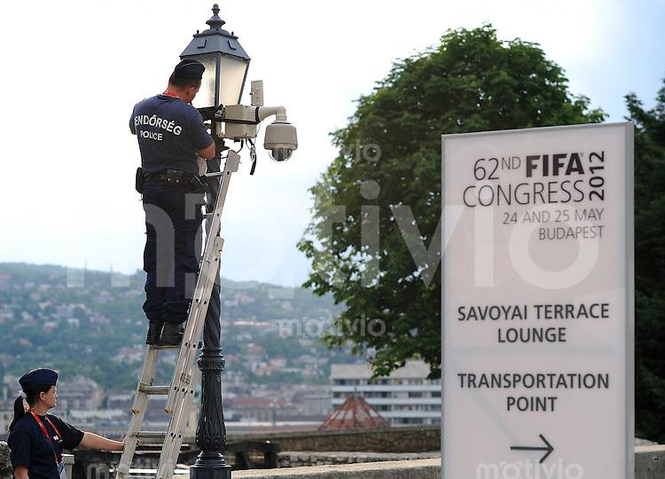 Fussball International  62. FIFA  Kongress in Budapest 2012    24.05.2012 Schmuckbild Sicherheit, Eein Polizist kontroliert eine Ueberwachungskamera