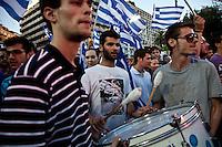 Elezioni in Grecia. Atene, manifestazione conclusiva di Nea Democratia in Piazza Sintagma 15 giugno 2012. Giovani manifestanti suonano un tamburo.