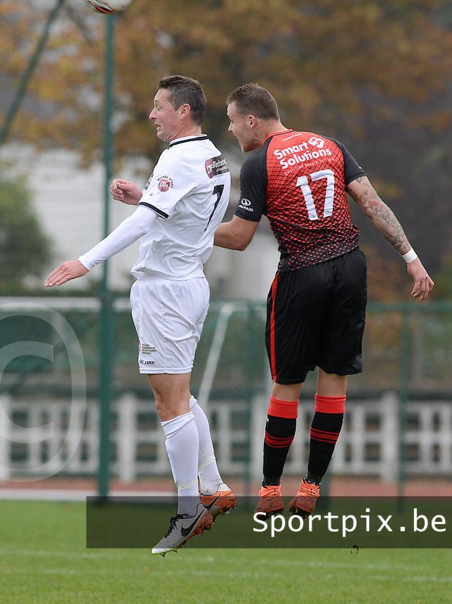 KFC Izegem - Winkel Sport : kopduel tussen Vincent Bostoen (links) en Ruben Pyck (r)<br /> Foto David Catry | VDB | Bart Vandenbroucke