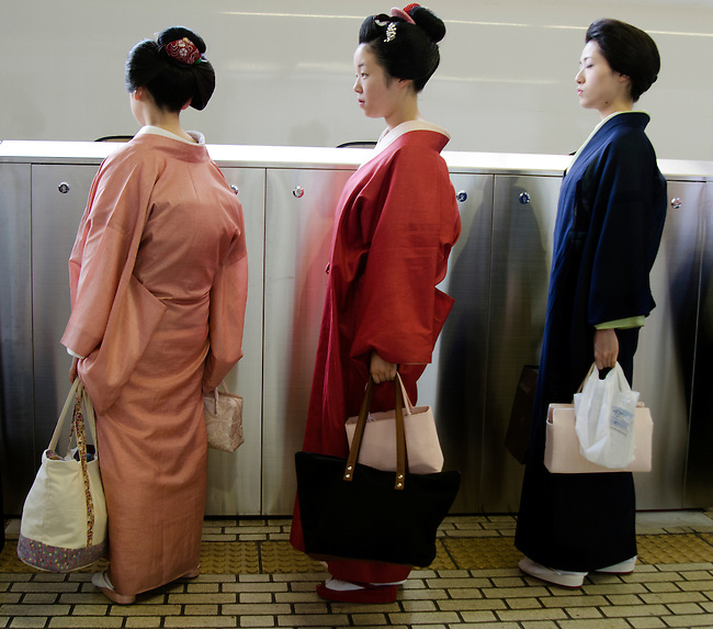 Maiko wait to board the Shinkansen train at Tokyo Station