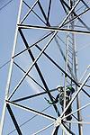 Foto: VidiPhoto<br /> <br /> ELST - Op duizelingwekkende hoogte klauteren specialisten van het Gelders Schilders- en Straalbedrijf (GSB) donderdag goed aangelijnd in de hoogspanningsmasten bij het Gelderse Elst. Afbladderende verf wordt met hogedrukspuiten van het staal verwijderd. Na vijftien jaar krijgen de twintig masten tussen Nijmegen en Elst weer een flinke opknapbeurt. Nadat losse verf en roest verwijderd is, worden er twee lagen verf aangebracht. Voor de flinke klus is negen weken uitgetrokken. Opdrachtgever is netbeheerder Liandon.