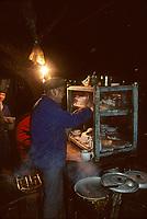 Asie/Chine/Jiangsu/Nankin/Quartier du temple de Confucius&nbsp;: Le march&eacute; - Restaurant de rue - Vue nocturne<br /> PHOTO D'ARCHIVES // ARCHIVAL IMAGES<br /> CHINE 1990