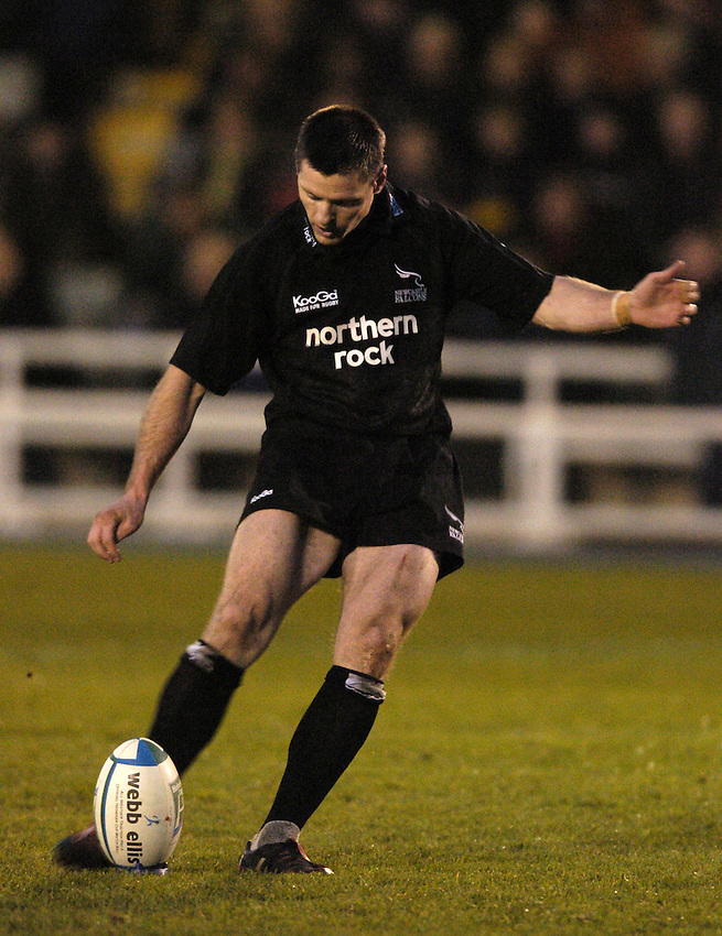 Photo. Jed Wee..Newcastle Falcons v Edinburgh Rugby, Heineken Cup, 05/12/2004..Newcastle's Matthew Burke kicking.