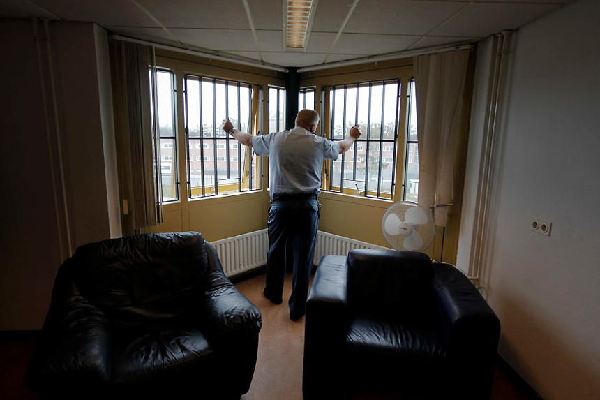 A security guard looks through the window of the Detention Unit of the International Criminal Tribunal for the former Yugoslavia (ICTY) in Hague September 20, 2011. While awaiting or undergoing trial, around 40 people from the former Yugoslavia of different ethnic and religions accused of war crimes spend their time in peace and harmony at the detention unit of ICTY located within a Dutch prison complex in the Scheveningen neighborhood of Hague.  REUTERS/Damir Sagolj (NETHERLANDS)