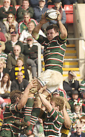 Leicester, ENGLAND, Tigers skipper, Martin Corry, prepares to pass the ball after collecting the  line out throw, during  the Guinness Premiership Rugby match,  Leicester Tigers vs London Wasps, at Welford Road on Sat, 22.04.2006. © Peter Spurrier/Intersport-images.com.