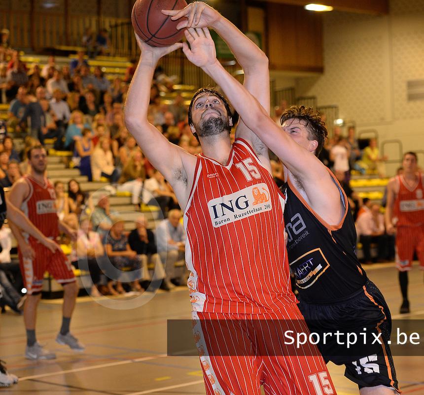 BBC Oostkamp - Holstra Wevelgem : Mikhail Linskens (links) met de doelpoging voor de blokkende Nicolas Hanssens (r)<br /> Foto David Catry | VDB | Bart Vandenbroucke