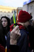 Milano: manifestazione in Piazza del Duomo per ricordare le vittime della strage di Charlie Hebdo. Matite, simbolo dei vignattisti uccisi. Gen 10, 2015.<br /> Milan: demonstration to commemorate the victims of the massacre of Charlie Hebdo. Pencils, symbol of the cartoonists killed. January 10, 2015