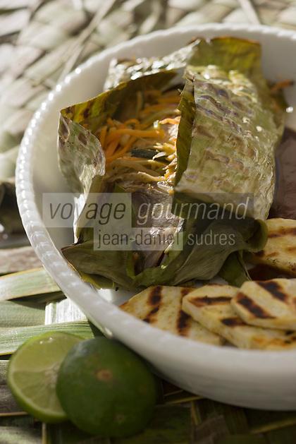 Afrique/Afrique de l'Est/Tanzanie/Zanzibar/Ile Unguja/Kiwenga: Lutjan ou snapper rouge au lait de coco, cuit dans une feuille de bananier et patates douces recette de Jörg Lehmann chef de l'Hotel Zamani Zanzibar Kempinski