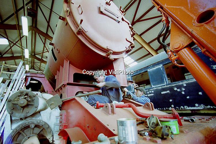Foto: VidiPhoto..APELDOORN - In de remise van de Veluwse Stoomtrein Maatschappij (VSM) in Apeldoorn wordt hard gewerkt aan de totale revisie van de Duitse .stoomlocomotief DB 23. Het voertuig dateert uit 1956 en is een van de modernste stoomlocomotieven. De loc is door vrijwilligers helemaal uit elkaar gehaald en wordt nu weer hersteld. De VSM heeft vijftien stoomlocomotieven in beheer..