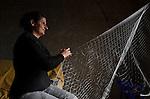 Colônia de pescadores Z16 - Lagoa Mirim. Comunidade do Porto, em Santa Vitória do Palmar - Rio Grande do Sul. A pescadora Liane costura rede em sua casa.