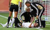 Wolfsburg , 100711 , FIFA / Frauen Weltmeisterschaft 2011 / Womens Worldcup 2011 , Viertelfinale ,  Deutschland (GER) - Japan (JPN) .Kim Kulig (GER) wird behandelt .Foto:Karina Hessland .
