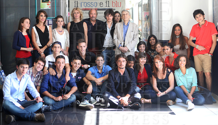 "Il regista Giuseppe Piccioni, in alto al centro, posa durante un photocall con gli attori del cast del suo nuovo film ""Il rosso e il blu"" a Roma, 17 settembre 2012. .Italian director Giuseppe Piccioni, stop center, poses for a photocall with actors of his new movie ""Il rosso e il blu"" in Rome, 17 september 2012..UPDATE IMAGES PRESS/Isabella Bonotto"