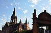 Katharinenkirche Oppenheim, bedeutendste gotische Kirche am Rhein zwischen K&ouml;ln und Stra&szlig;burg<br /> im Vordergrund Ritterbrunnen, auch Geschlechterbrunnen, Renaissance-Ziehbrunnen &uuml;ber Freitreppe (16. Jh./17. Jh.)