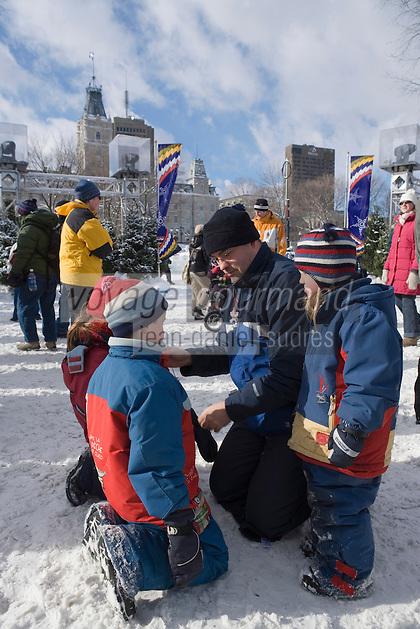 """Amérique/Amérique du Nord/Canada/Québec/ Québec: Parents et enfants sont au  """"Palais de Glace"""" lors du Carnaval de Québec sur la place de l'Assemblée Nationale  dit aussi Palais de Bonhomme"""