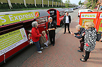 Foto: VidiPhoto<br /> <br /> DOORWERTH/RENKUM - Op de Veluwe is een wat bizarre supermarktoorlog uitgebroken. Omdat in het dorp Doorwerth beide supermarkten gesloten zijn vanwege een verbouwing, proberen de supers Plus en Jumbo in Renkum daarvan te profiteren door klanten te lokken. Jumbo laat een bus pendelen tussen Renkum en Doorwerth. Plus zet een zelfs een treintje in en dat blijkt te werken. Bovendien krijgen de nieuwe klanten van Plus behalve een gratis ritje heen en terug naar Doorwerth, ook een tegoedbon voor koffie en gebak. De trein blijft rijden zolang de verbouwing van de supermarkten duurt en dat is naar verwachting tot eind oktober. Foto: De eerste klanten pendelen maandag met het treintje tussen Doorwerth en Renkum, terwijl eigenaar Ton Pansier (m) van de Super in Renkum toekijkt.