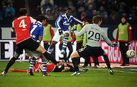 FUSSBALL   1. BUNDESLIGA   SAISON 2011/2012   20. SPIELTAG FC Schalke 04 - FSV Mainz 05                                  04.02.2012 Chinedu Obasi (Mitte, FC Schalke 04) erzielt das Tor zum 1:1. Christian Wetklo (re, Mainz) kommt nicht an den Ball