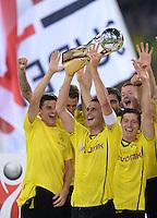 FUSSBALL   1. BUNDESLIGA   SAISON 2013/2014   SUPERCUP Borussia Dortmund - FC Bayern Muenchen           27.07.2013 JUBEL Dortmund; Kapitaen Sebastian Kehl mit Pokal