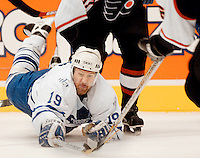 Toronto Maple Leafs forward Mikael Renberg makes a dive for the puck during NHL action against the Philadelphia Flyers.<br />