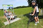 Foto: VidiPhoto<br /> <br /> DRIEL - Fietsers genieten van het eerste Boerenrustpunt van Nederland in Driel. Bedenker is melkveehouder Henk Mulder uit Driel. Na een proef van een jaar wordt het succesvolle idee vrijdag op grotere schaal gelanceerd in de gemeente Overbetuwe. Bij een twintigtal agrarische bedrijven wordt dan een soortgelijk rustpunt ge&iuml;nstalleerd. Het bankje is van hardhout, afkomstig van een sloopbedrijf, en voorzien van een informatiebord. Daarop staan gegevens van het bijliggende agrarische bedrijf. Doel is burgers zo meer te betrekken bij het boerenleven. En als er voorbijgangers gebruik maken van het bankje zou het volgens Mulder een goede zaak zijn als de agrari&euml;r dan een gesprek met ze aanknoopt. &quot;Zo maak je goede reclame voor het agrarisch bedrijfsleven. En als je een stal kunt bouwen van 7 ton, dan kun je ook aan bankje plaatsen van 700 euro.&quot; Mulder hoopt dat agrari&euml;rs uit het hele land uiteindelijk belangstelling hebben voor het bankje-met-bord.