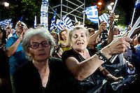 Elezioni in Grecia. Atene, manifestazione conclusiva di Nea Democratia in Piazza Sintagma 15 giugno 2012. Manifestanti anziani con le bandiere.