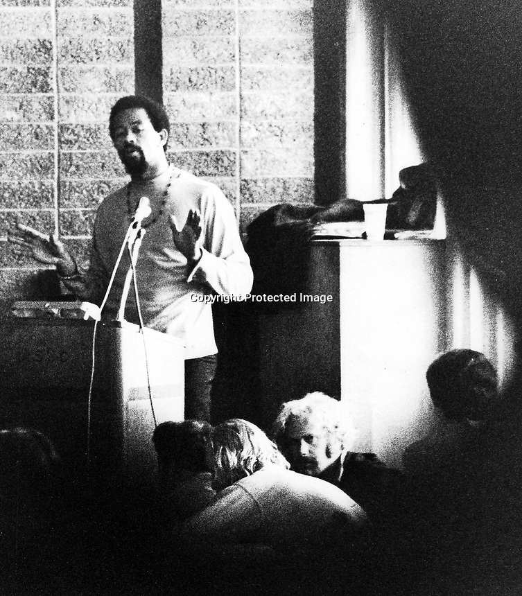 Former Black Panther Eldridge Cleaver holding his lecture in the lounge of the Student Union Building at University of California in Berkeley. (Oct 29,1988 photo/Ron Riesterer.)