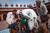 An old man pours out water to the thirsty at the Jama Masjid in Fatehpur Sikri in Agra, Uttar Pradesh in India. Photo: Sanjit Das/Panos pour Le Point