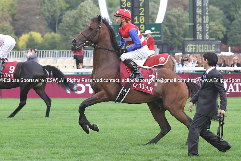 .Arc de Triomphe in Paris. Nakayama Festa (JPN) going to the gates. Workforce (GB) wins the race. Jockey Ryan. L. Moore Owner : K Abdullah. Trainer : M.R. STOUTE