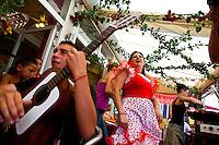 Francia, Camargue, Saintes Maries de la mer: la festa gitana in onore di Santa Sara la Nera, che si tiene ogni anno il 24 e 25 maggio. Il rituale prevede il trasporto della statua della santa dal mare alla terraferma e poi festeggiamenti con canti e balli. Nell'immagine: un momento dei festeggiamenti con canti e balli.<br /> Feast of the Gypsies, May 25 veneration of Saint Sarah the black Saintes Maries de la Mer, Camargue,