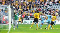 2. Oktober 2011: Muenchen, Allianz Arena: Fussball 2. Bundesliga, 10. Spieltag: TSV 1860 Muenchen - SG Dynamo Dresden: Dresdens Romain Bregerie (r) trifft gegen Muenchens Torwart Gabor Kiraly zum 3:0.