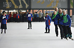 Foto: VidiPhoto<br /> <br /> UTRECHT - Op de Vechtsebanen in Utrecht is dinsdag het Nederlands Kampioenschap Schoonrijden gehouden met 45 deelnemers. Dat is meer dan vorig jaar. De Nederlandse Vereniging van Schoonrijders (NVS - 255 leden) is bezig met een ledenwerfactie onder met name jongeren. De gemiddelde leeftijd ligt nu rond de 70 jaar. Bij schoonrijden gaat het niet om spectaculaire sprongen of snelheid, maar om het technisch schaatsen. De deelnemers moeten via zogenoemd buiten-over schaatsen over een denkbeeldige lijn 'zwieren' en zich zo in een gelijkmatige cadans over het ijs bewegen. Daarvoor is conditie en balans nodig. Schoonrijden vormde vroeger de basis voor het hardrijden. Nog steeds krijgen hardrijders van schoonrijders clinics om hun techniek in de bochten te perfectioneren. De wedstrijden werden dinsdag verreden in een zogenoemde Hoofdklasse en A-klasse, zowel individueel als in paren en groepen. De Nederlands Kampioen(en) komt/komen uit de Hoofdklasse.