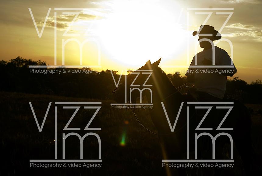 PUERTO LOPEZ-COLOMBIA-15-12-2010 .Un Jinete cabalga en los Llanos, en el atardecer, enero 15 de 2010. A Horseman rides in the Plains, in the sunset, January 15, 2010. (Photo: Luis Ramirez)..