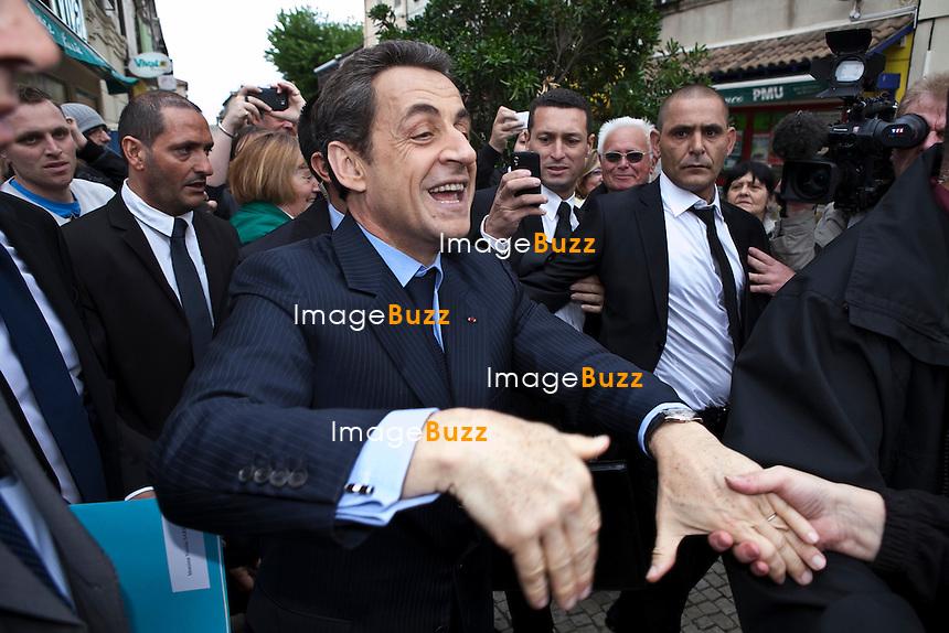 Visite de Nicolas Sarkozy a Chateaurenard dans les Bouches du Rhone  a la rencontre des commercants  pendant l'entre deux tour des elections presidentielle 2012