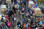 Foto: VidiPhoto<br /> <br /> ARNHEM - Nog niet eerder bezochten zoveel schoolkinderen tegelijk Burgers' Zoo in Arnhem. Op initiatief van twee supermarktondernemers uit Renkum en Bennekom mochten dinsdag een kleine 3000 scholieren met hun begeleiders gratis op schoolreis naar Burgers' Zoo in Arnhem. Daar krijgen de kinderen bovendien ook een zakje met broodjes en wat te drinken overhandigd. De enorme logistieke operatie had als doel kinderen uit de omgeving van Bennekom en Renkum &quot;iets bij te brengen over dieren.&quot; De kinderen werden tussen 9.00 uur en 10.30 uur aangevoerd in 44 bussen.