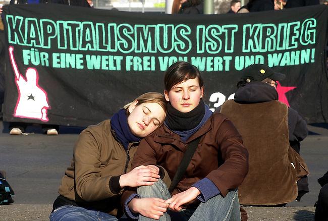 Demosntration in Berlin<br /> Unter dem Motto &quot;Die Zaehne zeigt wer das Maul aufmacht - Keine Ruhre fuer (die) Mitte&quot; demosntrierten etwa 1500 Menschen, zumeist Jugendliche, am Samstag den 22. Februar 2003 in Berlin fuer den Erhalt linker Projekte in der Stadtmitte, gegen Kapitalismus und gegen den Krieg gegen den Irak.<br /> Die Demonstration zog vom Oranienplatz in Berlin-Kreuzber zum Potsdamer Platz in Berlin-Mitte.<br /> Zu der Demonstration hatte viele ehemalige besetzte Haeuser, Wagenburgen, sowie Studentenvetretungen aufgerufen.<br /> Hier: Am Randen der Demonstration wurde die Chance fuer ein Sonnenbad genutzt.<br /> 22.2.2003, Berlin<br /> Copyright: Christian-Ditsch.de<br /> [Inhaltsveraendernde Manipulation des Fotos nur nach ausdruecklicher Genehmigung des Fotografen. Vereinbarungen ueber Abtretung von Persoenlichkeitsrechten/Model Release der abgebildeten Person/Personen liegen nicht vor. NO MODEL RELEASE! Nur fuer Redaktionelle Zwecke. Don't publish without copyright Christian-Ditsch.de, Veroeffentlichung nur mit Fotografennennung, sowie gegen Honorar, MwSt. und Beleg. Konto: I N G - D i B a, IBAN DE58500105175400192269, BIC INGDDEFFXXX, Kontakt: post@christian-ditsch.de<br /> Bei der Bearbeitung der Dateiinformationen darf die Urheberkennzeichnung in den EXIF- und  IPTC-Daten nicht entfernt werden, diese sind in digitalen Medien nach &sect;95c UrhG rechtlich geschuetzt. Der Urhebervermerk wird gemaess &sect;13 UrhG verlangt.]