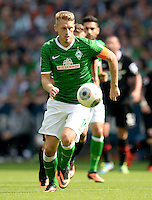 FUSSBALL   1. BUNDESLIGA   SAISON 2013/2014   2. SPIELTAG SV Werder Bremen - FC Augsburg       11.08.2013 Aaron Hunt (SV Werder Bremen) am Ball