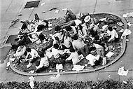 Washington, DC. &ndash; May 9, 1970 <br /> 100.000 students will protest that day against the Kent massacre. At the end of the day few arrestations were reported.<br /> Washington, DC.  9 mai 1970.<br /> La protestation contre les graves incidents sanglants qui se sont d&eacute;roul&eacute;s &agrave; l&rsquo;Universit&eacute; de Kent, dans l&rsquo;Ohio, a r&eacute;uni 100.000 jeunes &eacute;tudiants qui se sont jet&eacute;s dans les bassins devant le monument de Lincoln. A la fin de la journ&eacute;e il y eut des arrestations.
