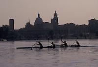 Mantova, vogatori sul Lago Inferiore, skyline della citt&agrave;.<br /> Mantua, rowers on the Lower Lake, the city skyline.