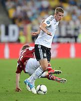 FUSSBALL  EUROPAMEISTERSCHAFT 2012   VORRUNDE Daenemark - Deutschland       17.06.2012 Lars Bender (Deutschland) vor Michael Krohn - Dehli (Daenemark)