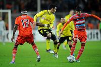 FUSSBALL   CHAMPIONS LEAGUE   SAISON 2011/2012  Borussia Dortmund - Olympique Marseille   06.11.2011 Ilkay GUENDOGAN (Mitte, Dortmund) gegen Stephane MBIA (li) und Lucho GONZALEZ (re, beide Marseille)