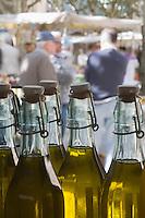 Europe/France/Languedoc-Roussillon/30/Gard/ Uzès:  Huile d'Olive  sur le marché des producteurs Place aux Herbes //  France/Gard /Uzes: market producers Place aux Herbes, AOP Olive oil from Nîmes