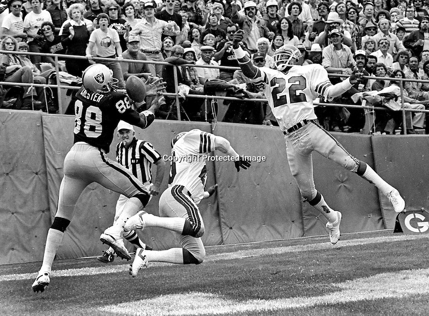 Oakland Raiders Raymond Chester hauls in TD pass against #22 Rolland Lawrence of the Atlanta Falcans...(1979 photo/Ron Riesterer)