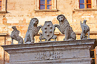 Well of griffins and lions, 16th Century, by Palazzo del Capitano del Popolo, in Piazza Grande in Montepulciano, Tuscany, Italy RESERVED USE - NOT FOR DOWNLOAD - FOR USE CONTACT TIM GRAHAM