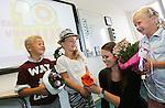 Foto: VidiPhoto<br /> <br /> ELST &ndash; Jesse (7), Fee (7) en Josje (rechts, 6) van groep 5 van christelijke basisschool Het Visnet in Elst (U) zetten juf Marieke maandag in de bloemetjes. Eigenlijk was het plan om de juf volgende week maandag, op de Dag van de Leraar, te verrassen maar dat kan niet. De juf vertrekt namelijk woensdag voor een studiereis naar Nieuw-Zeeland en maandag is haar laatste werkdag. De kinderen vinden het erg jammer dat hun juf vertrekt: &ldquo;Juf Marieke is superlief en het is elke dag gezellig bij ons in de klas.&rdquo; Het geven van een bloemetje aan juf of meester op de Dag van de Leraar wordt steeds populairder. Ouders (en kinderen) tonen daarmee hun waardering voor het vele extra werk dat leerkrachten doen. De werkdruk is hoog onder meer vanwege volle klassen en maatschappelijke issues als pesten.