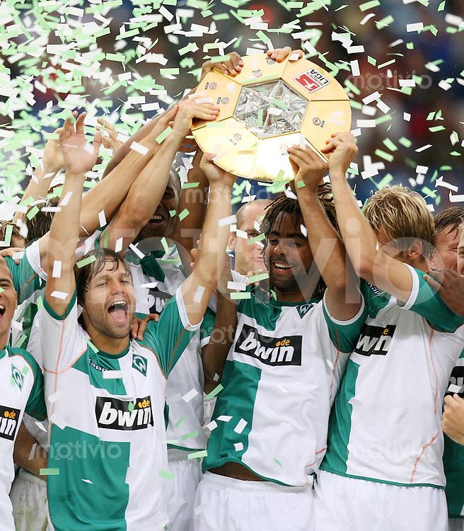 Fussball Premiere Ligapokal Finale  SV Werder Bremen 2-0 FC Bayern Muenchen JUBEL SV W; Diego, Patrick Owomoyela und Frank Fahrenhorst (v.li) mit Ligapokal